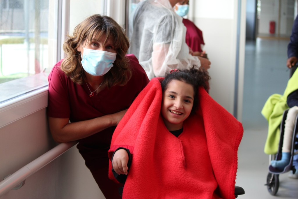 Photo professionnel et enfant pendant la crise du Covid-19 à l'IME Marie-Auxiliatrice