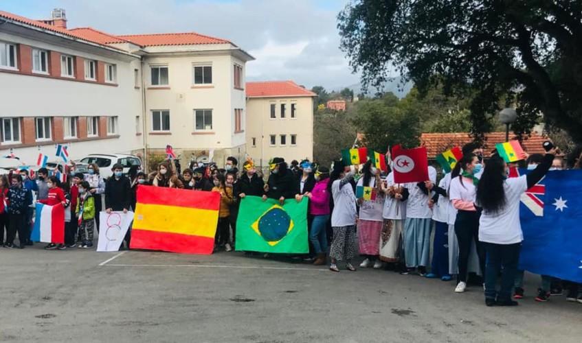 Les participants aux JO tenant des drapeaux de différents pays