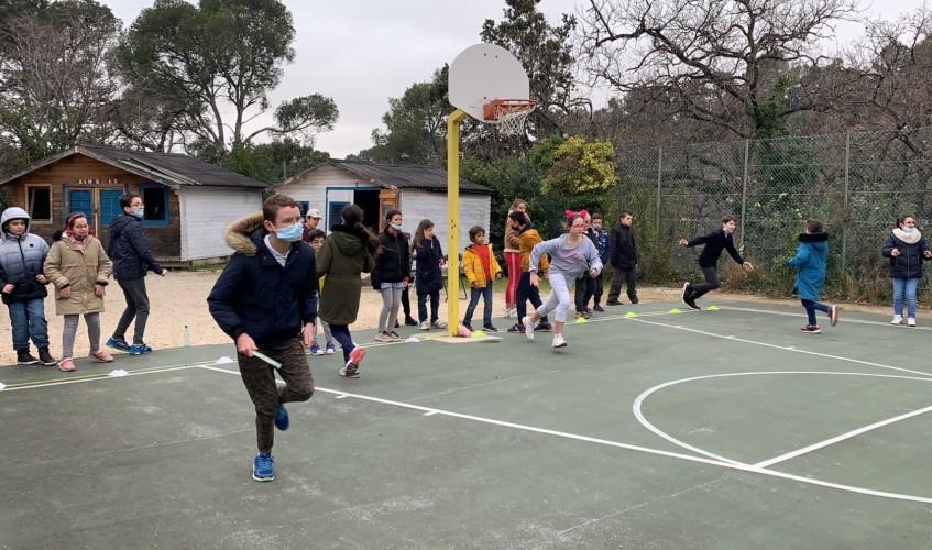 Les élèves participent à une épreuve de relais