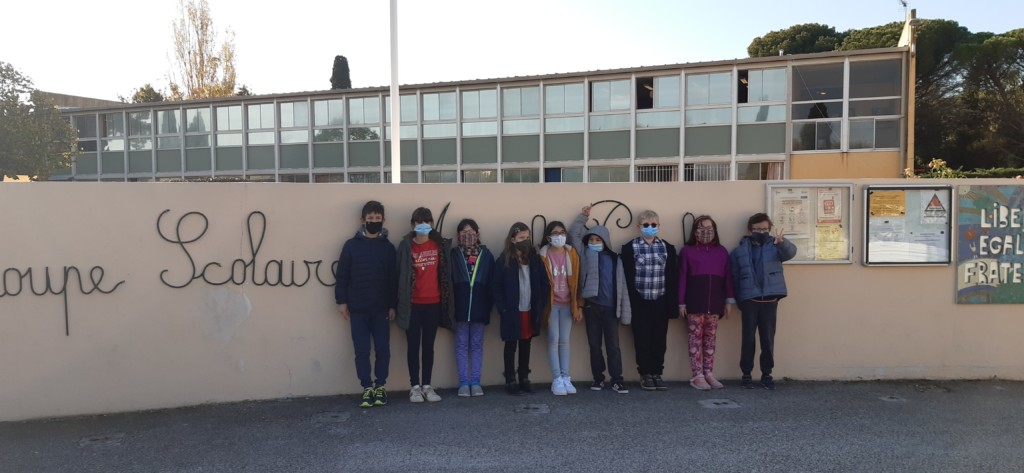 Les jeunes de l'IME Bell'Estello devant l'école
