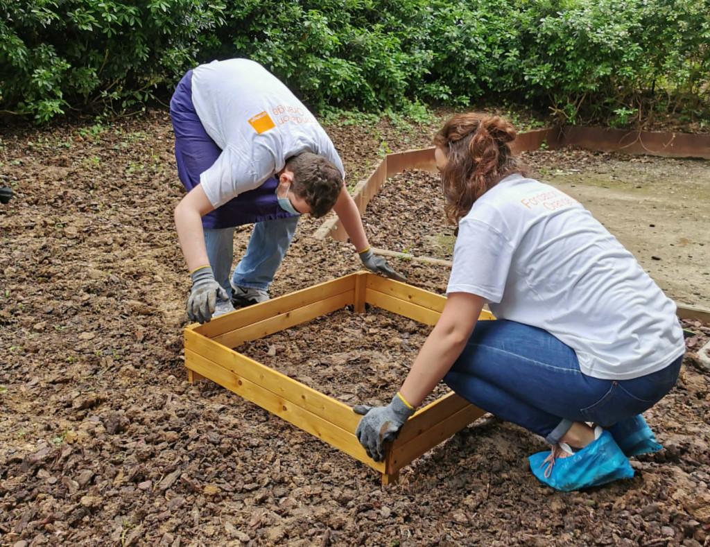 Deux élèves de l'IME installant une jardinière