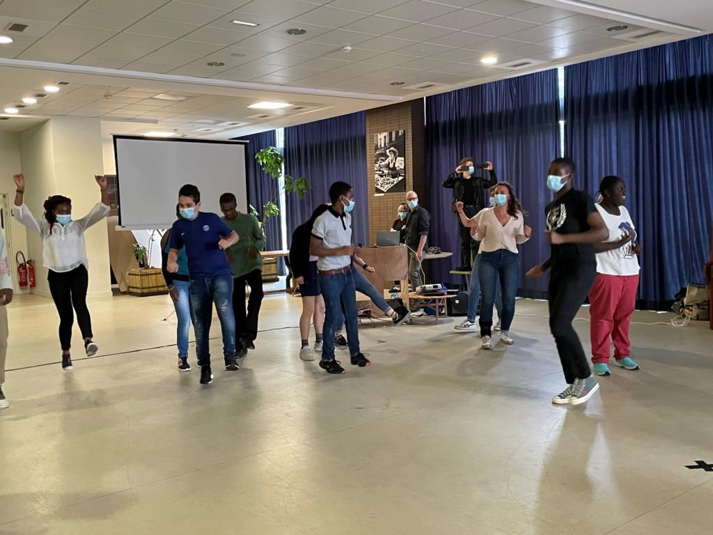 Les jeunes de l'IME Saint-Michel faisant leur chorégraphie de hiphop