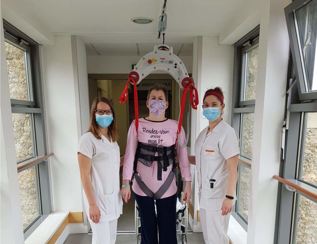 Une patiente utilisant le rails accompagnée par des professionnelles