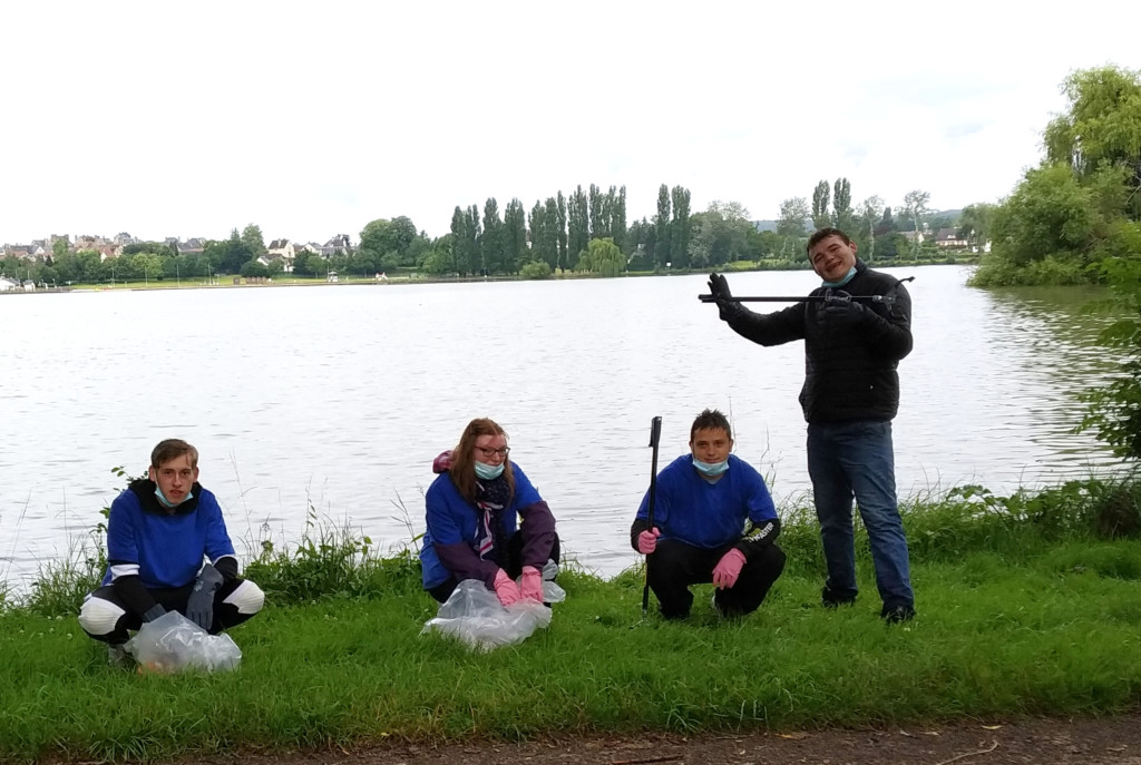 Les jeunes du Dispositif du Perche nettoient la base de loisirs du Pays Melois