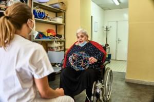 Une patiente faisant de la rééducation